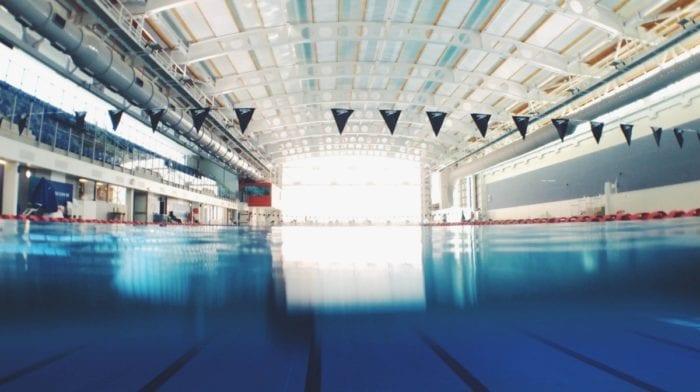 La natation pour une carrure d'acier