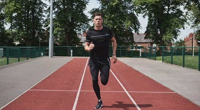 Mark courant sur une piste d'athlétisme