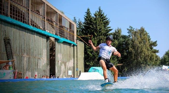 homme pratiquant le wakeboard