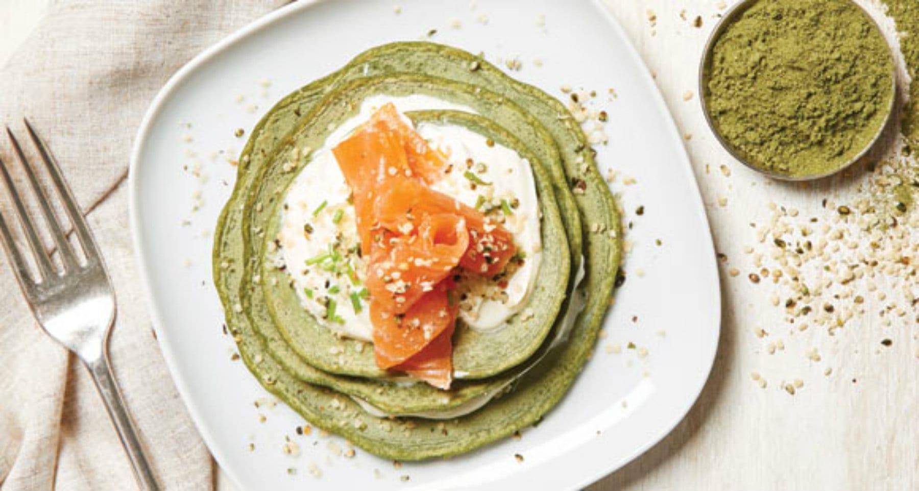 Pancakes Protéinés Verts avec Saumon & Crème