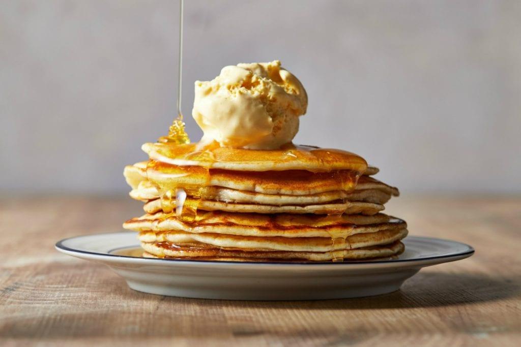 4 ingrédients pour des pancakes protéinés à la banane