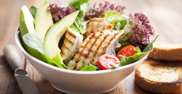 Hähnchen-Avocado-Salat mit Quinoa