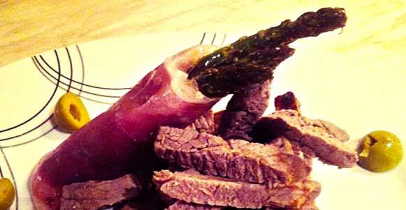 Steak-Streifen mit Spargelpäckchen in Parmaschinken