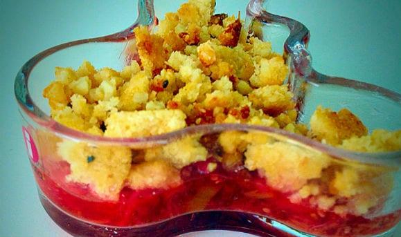 Rhabarber-Erdbeer Protein Crumble
