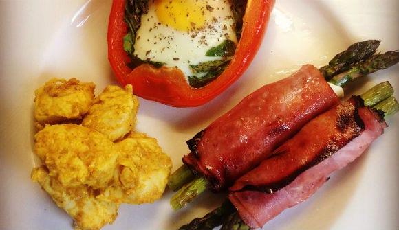 Mariniertes Hähnchen und gekochtes Ei