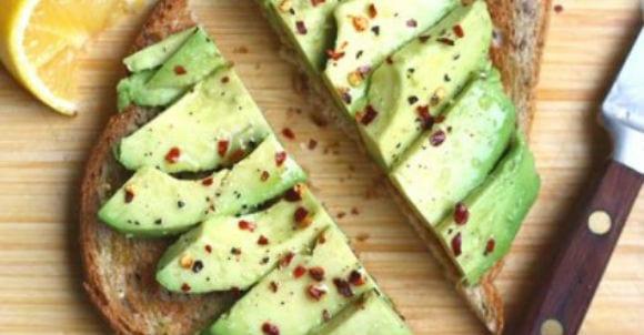 3. Avocado auf proteinreichem Toast
