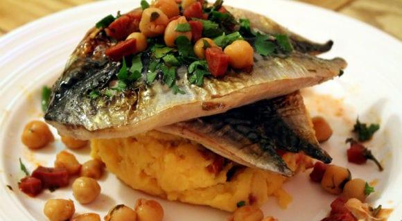 Gegrillter Fisch mit Kichererbsen-Püree