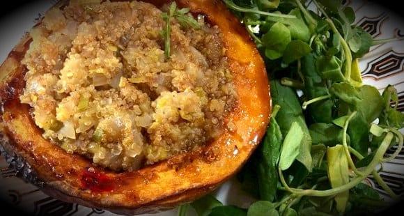 Quinoa, Lauch und Zwiebel im Kürbis