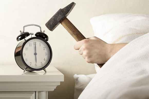 Tipp #1: Verändere die Weckmelodie und stelle die Uhr früher ein!