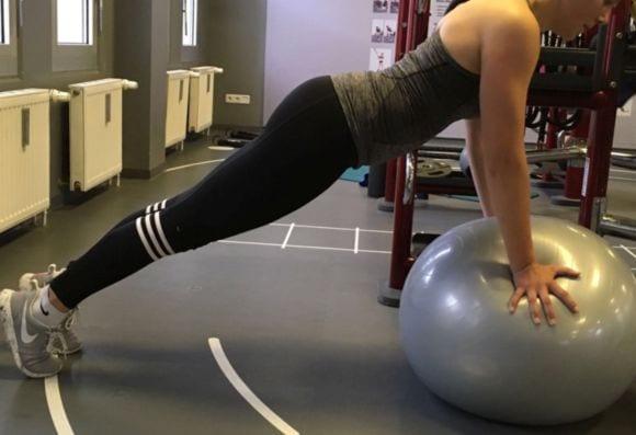 1) Stützübungen auf einem Pezziball eignen sich optimal für Stabilisationsübungen für das Schultergelenk. Diese können beispielsweise mit Liegestütz kombiniert werden.