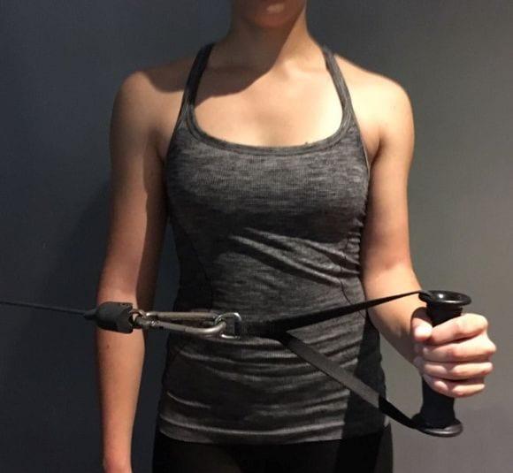 4) Am Seilzug sollte darauf geachtet werden den Ellbogen eng am Körper anzulegen. Das Augenmerk liegt hierbei auf der richtigen Ausführung und eher weniger Gewicht.