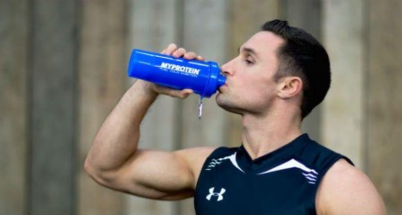 Wie viel Wasser sollte ich am Tag trinken?