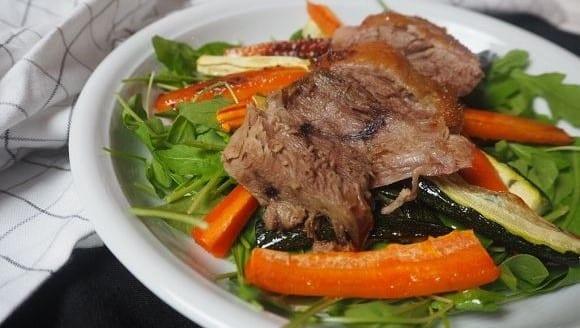 Gesunde Ernährung | Frischer Gemüsesalat mit knuspriger Entenbrust