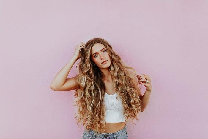 Frau mit langen Lockigen Haaren