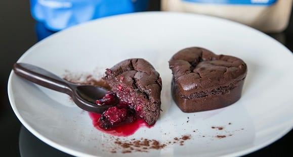 Gesundes Dessert | Süße Schokoküchlein mit Beerenfüllung – High Protein