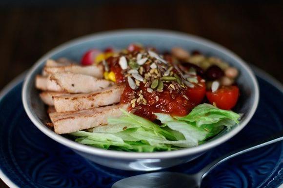Salat Bowl | Leckerer gemischter Salat mit zartem Hähnchenfleisch