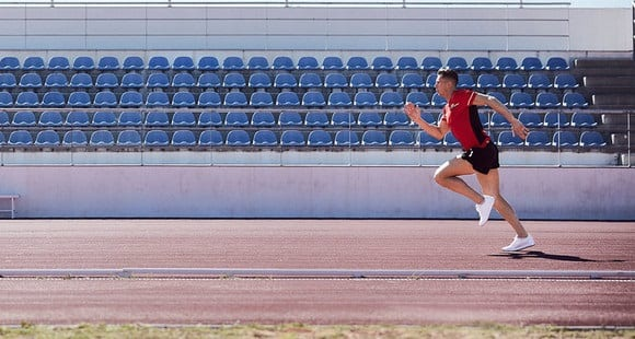 Mann sprintet im Stadion