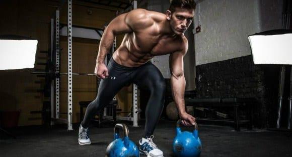 Mann trainiert mit Kettlebell