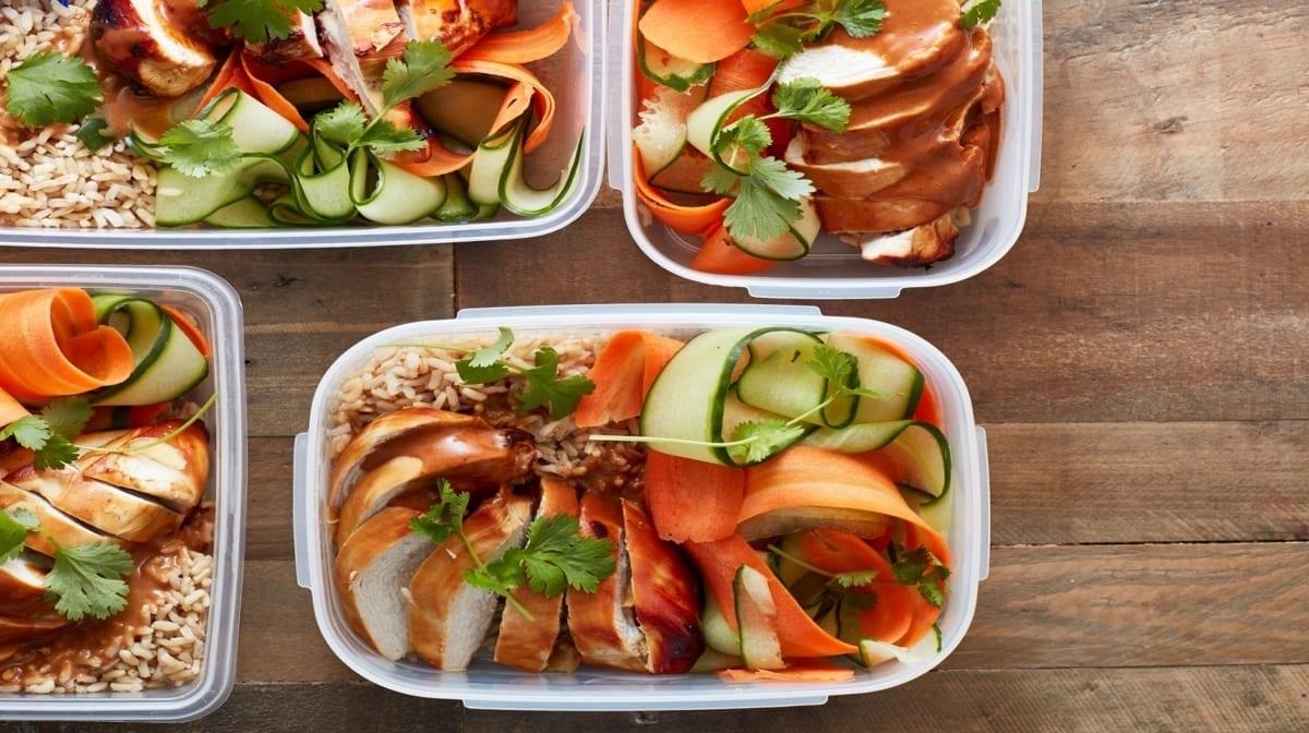 Hähnchen, Reis, Möhre, Gurke in einer Dose