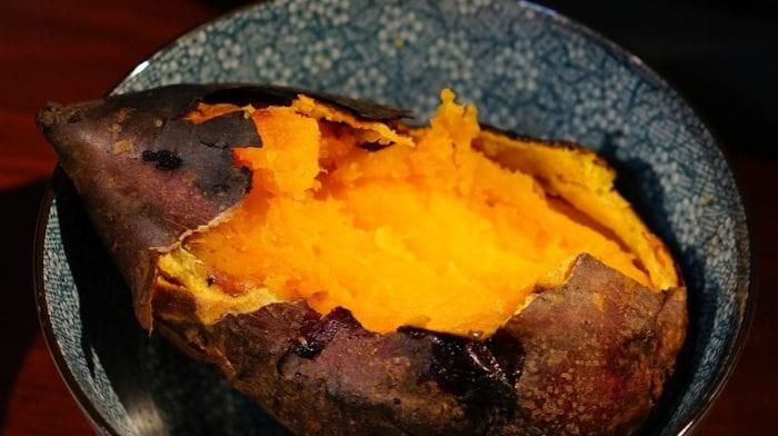Gebackene Süßkartoffel mit Ei und Käse | Frisch & Lecker