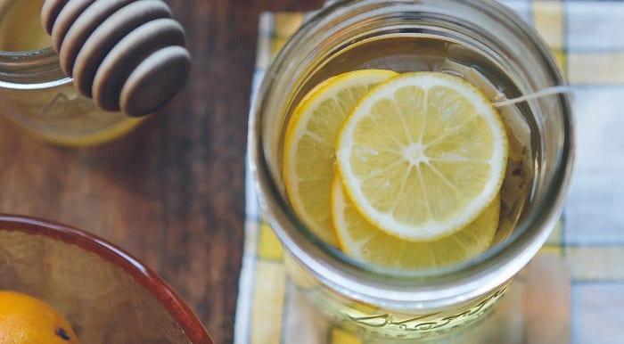 Ein Teeglas und Honig