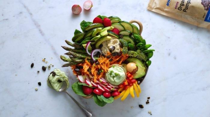 Ein Regenbogen aus Gemüse mit Guacamole | Sharing is Caring