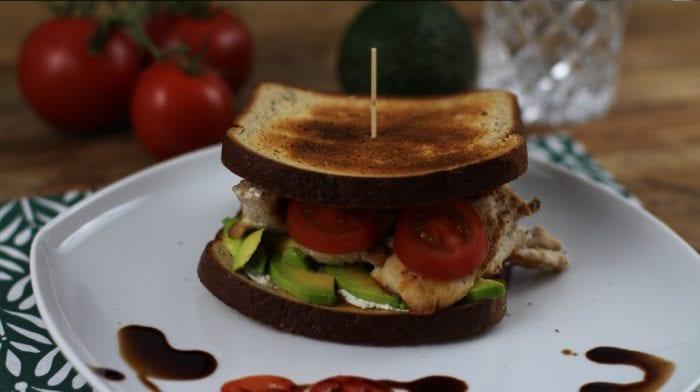Avocado-Hähnchen Sandwich mit Proteinbrot