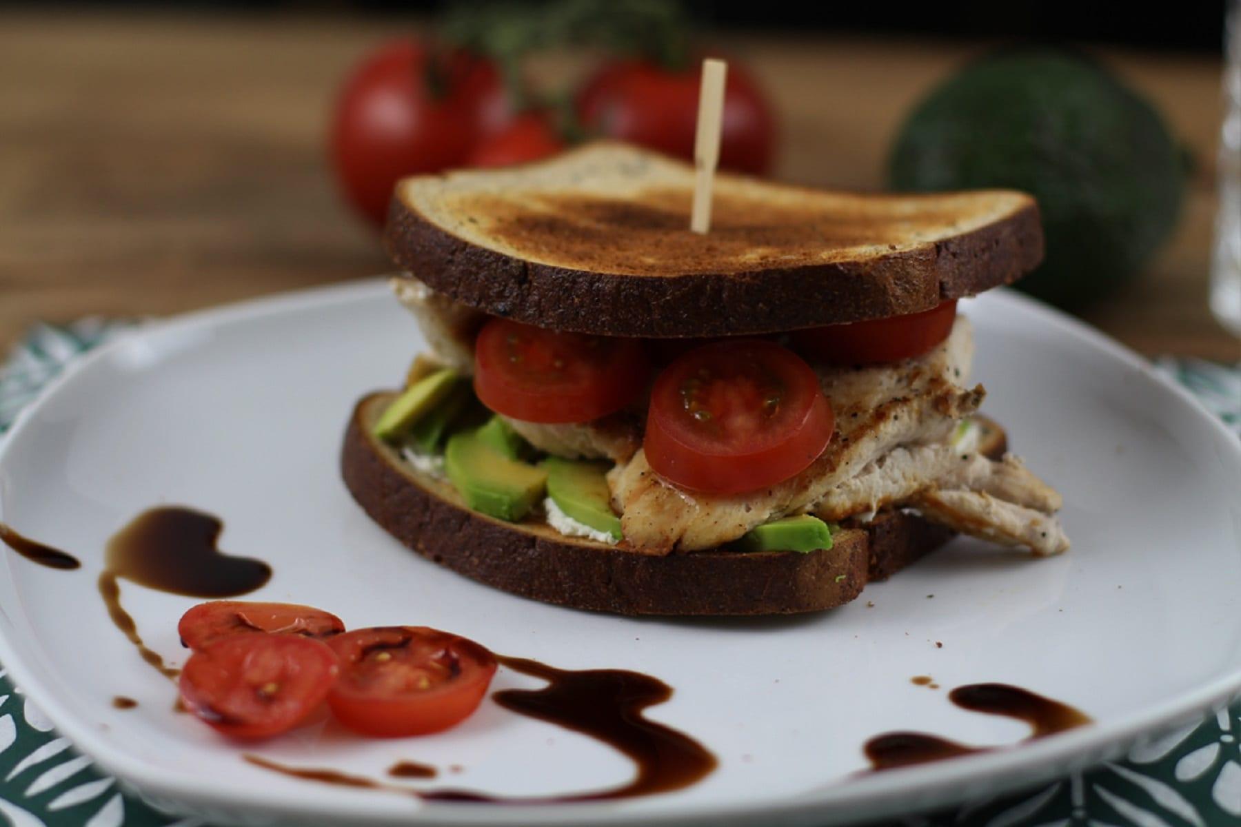 Avocado-Hähnchen Sandwich
