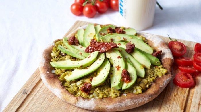 Vegane Avocado-Toast Pizza | 15-Minuten Rezept
