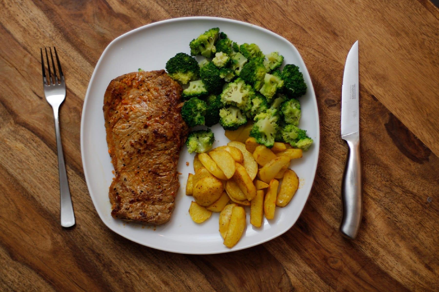 Rindersteak mit Kartoffelecken und Brokkoli
