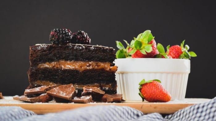 Proteinkuchen Rezept | Triple Chocolate Erdnussbutter Kuchen