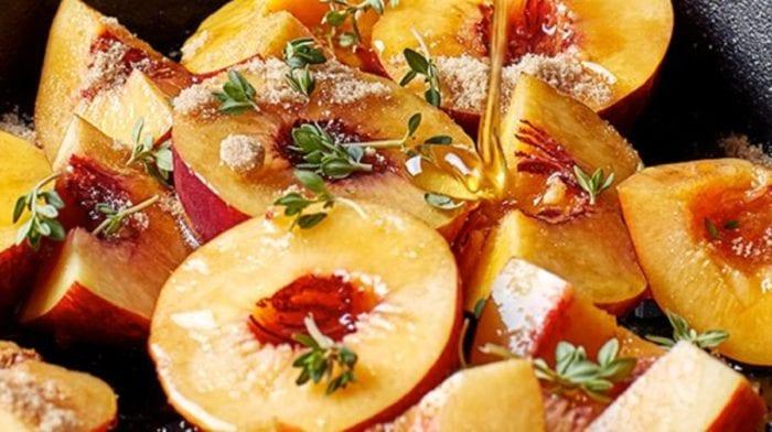 Süße Pfirsichhälften mit Tyhmian und knusprigen Crumbles | Sommer Rezept