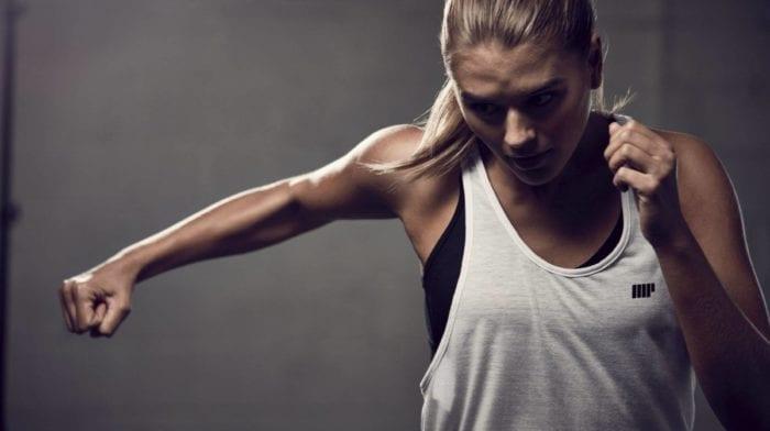 Die 7 besten Brustübungen für Frauen | Heimtraining & Fitnessstudio