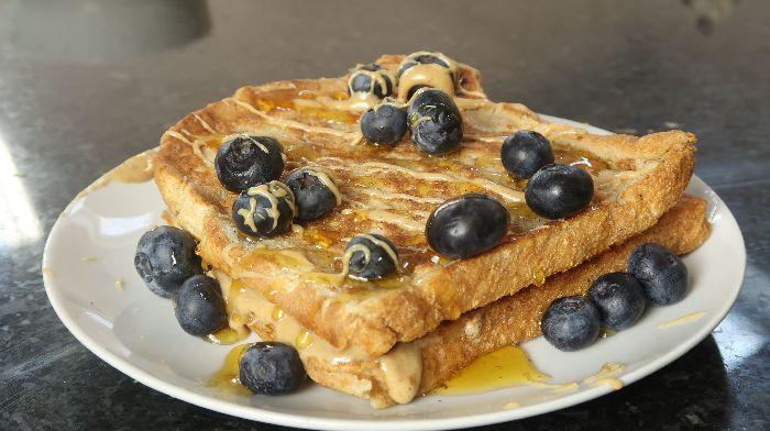 Protein French Toast mit Erdnussbutter-Füllung