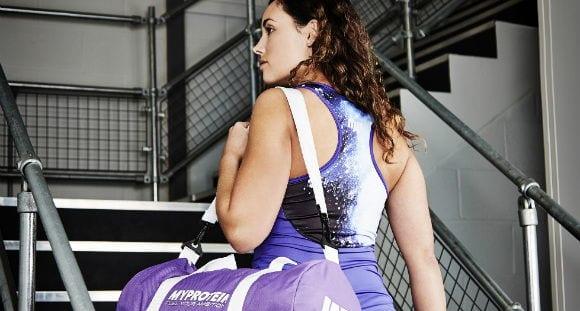8 Esenciales en la bolsa de gimnasio de toda mujer que hace pesas