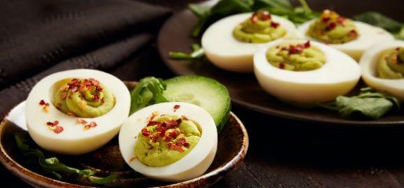 Snacks saludables | Huevo relleno con aguacate