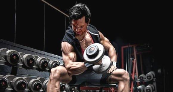 Curl de Bíceps Concentrado con Mancuerna | Técnica y Errores