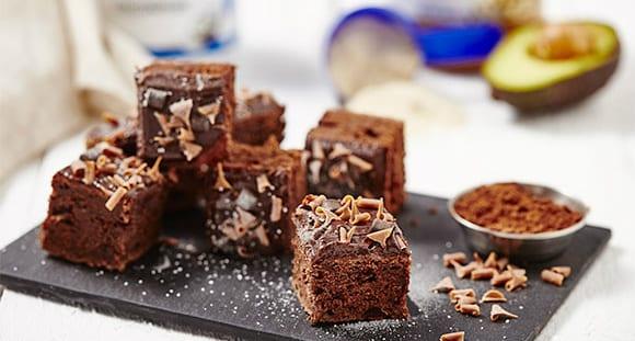 Pastel de Chocolate Triple con Mantequilla de Cacahuete