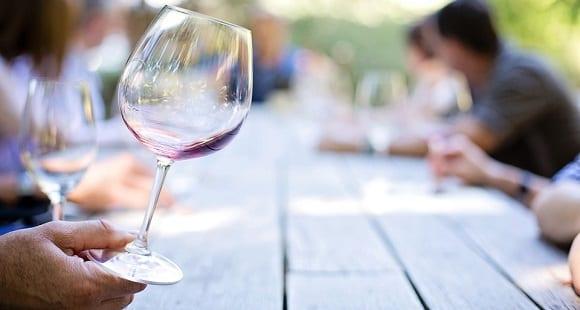 ¿Por Qué Tomar Vino Tinto es Bueno? 10 Beneficios del Vino