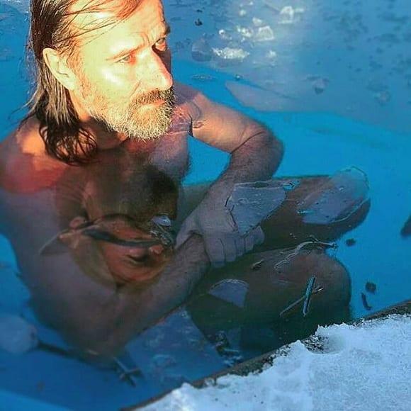 wim hof en una piscina de hielo