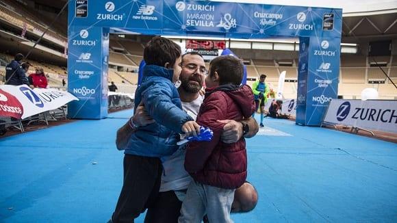 jose maria díaz abrazado a sus dos hijos