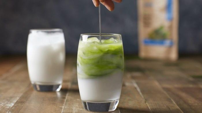 Matcha latte helado orgánico con leche