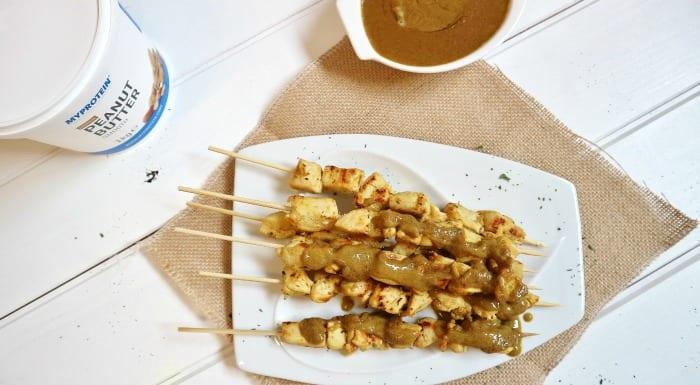 brochetas de pollo y salsa satay