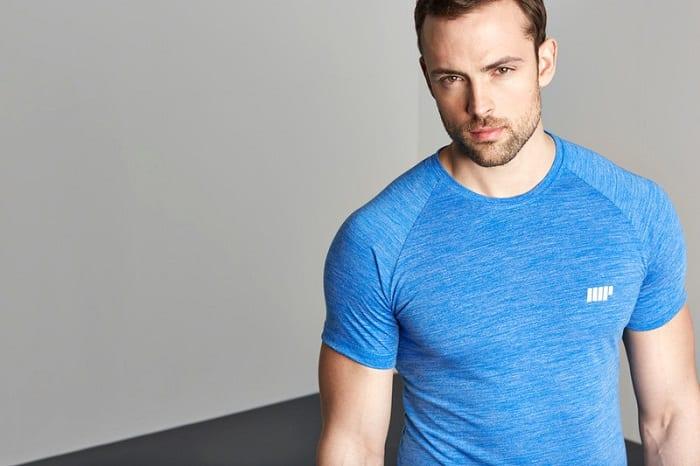 chico en camiseta azul