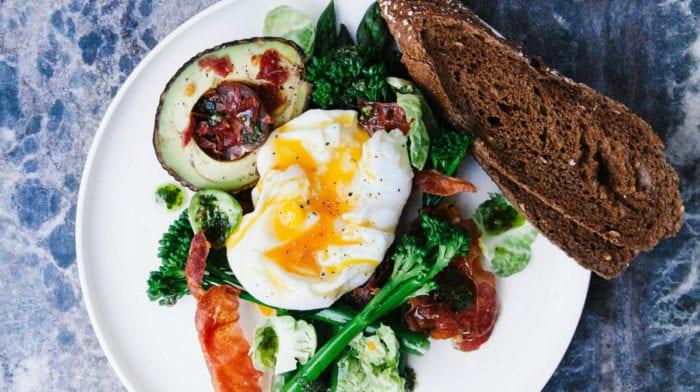 ¿Huevos enteros o claras de huevo para el crecimiento muscular?