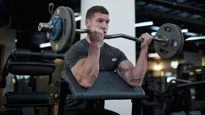 Entrenar bíceps en casa