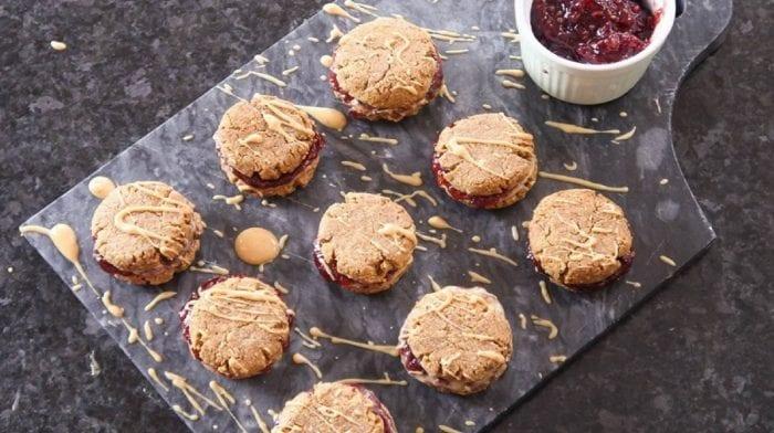 Cookies proteicas de mantequilla de cacahuete y mermelada