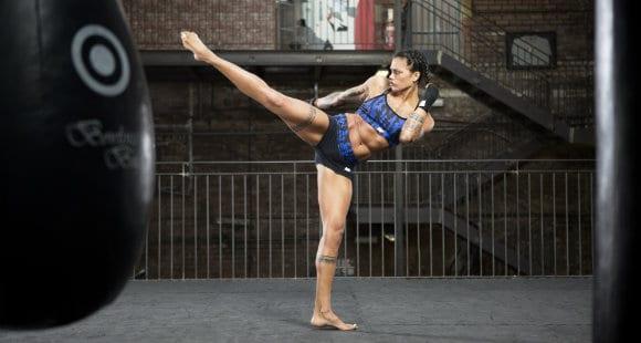 Atleta di combattimento che mostra gli obliqui esterni