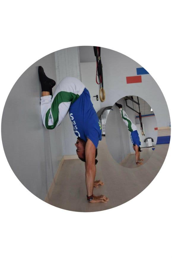 tuck-handstand