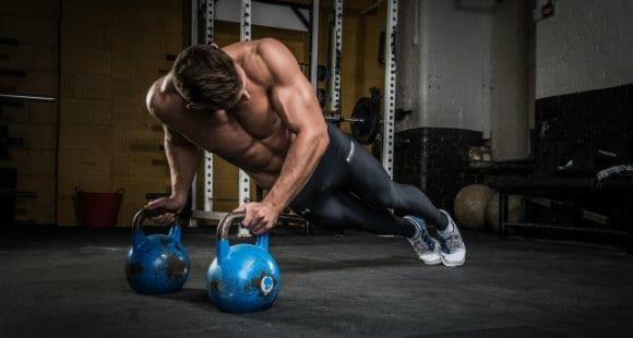 Atleta che mostra il core e gli obliqui esterni